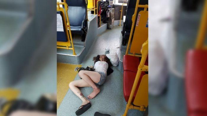 累翻天!熱褲辣妹「美美」睡臥公車地板 運將叫不醒急報警