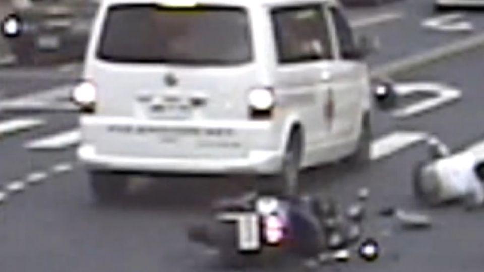 民間救護車闖紅燈 撞直行機車 高中生腿骨折