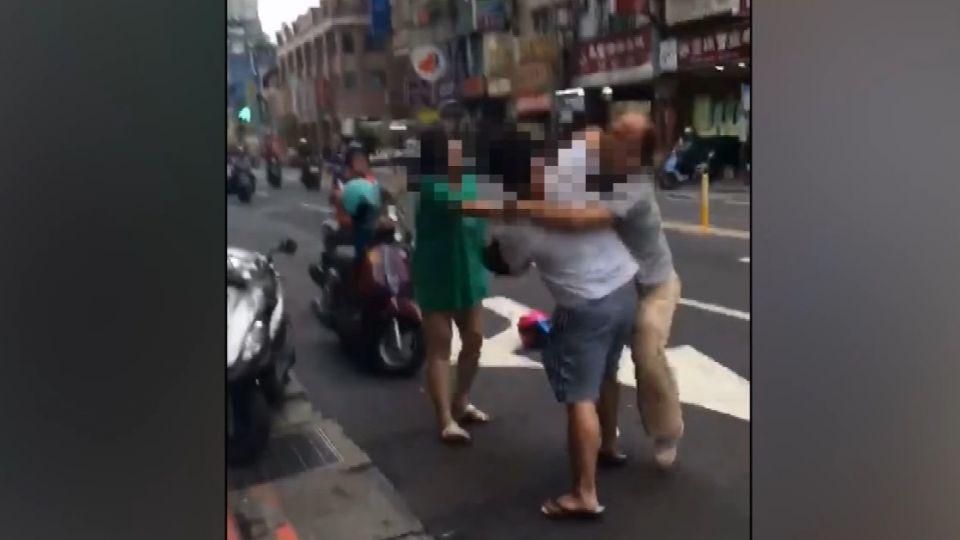 「你擋到我路」 安全帽猛K阿伯 夫妻檔遭肉搜