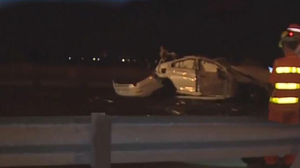 名車撞國道護欄  2人拋飛車外驚悚畫面曝光