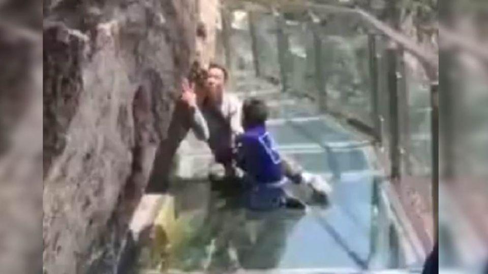 走透明玻璃棧道「爸爸軟腳」死抓岩壁…兒邊拖邊鼓勵「你可以」
