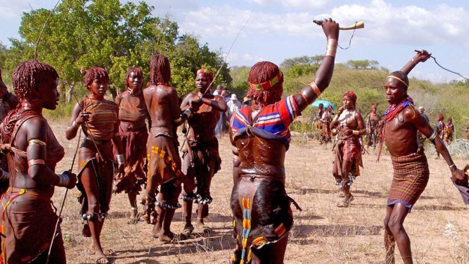 驚!非洲部落女子找老公 得先當眾鞭數十留下「愛的印記」