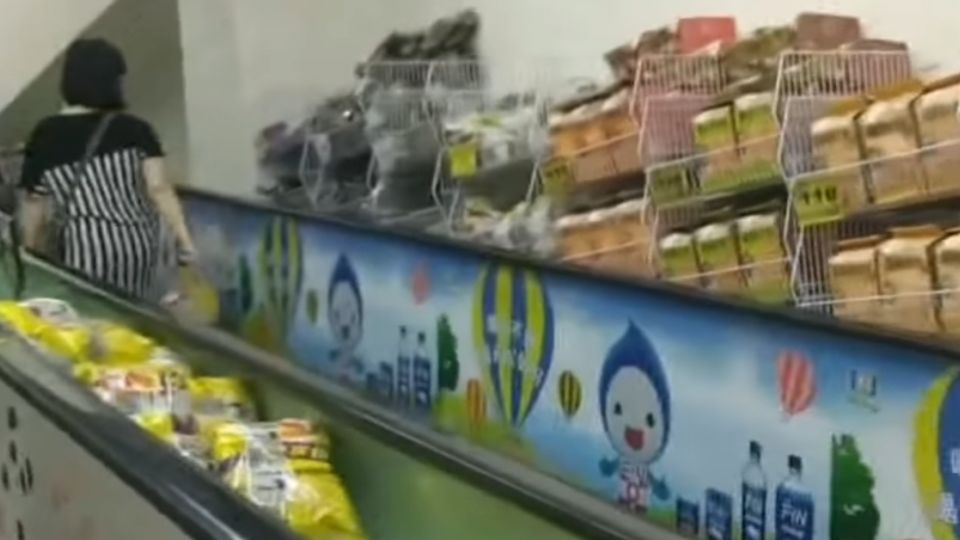 賣場手扶梯間擺商品 挑選時恐藏危機