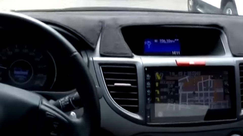 「行駛中」不得碰觸導航螢幕 否則恐挨罰