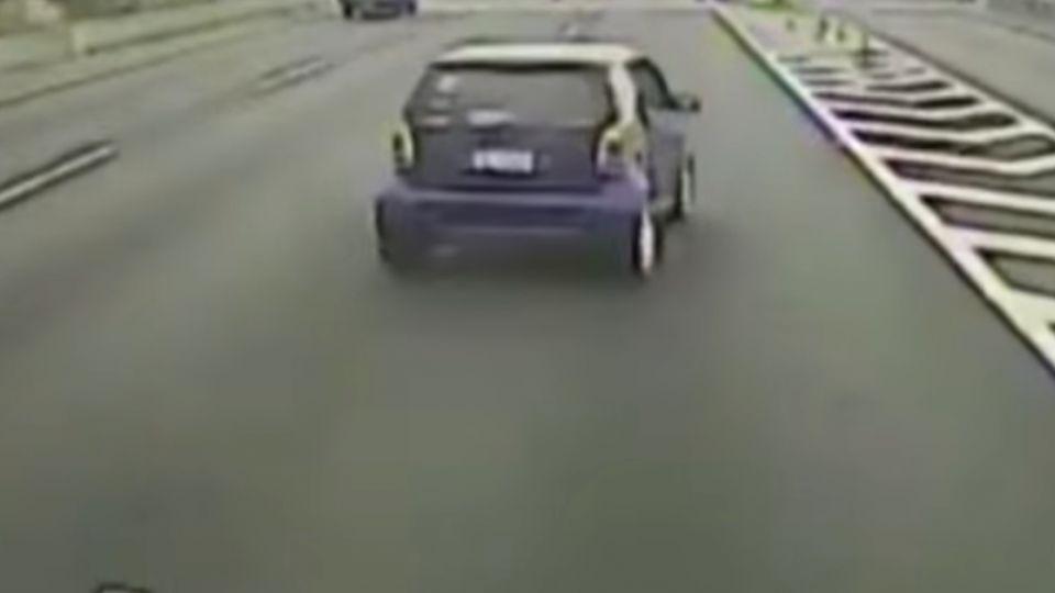 快速道路上 三寶駕駛急切下閘道車全毀