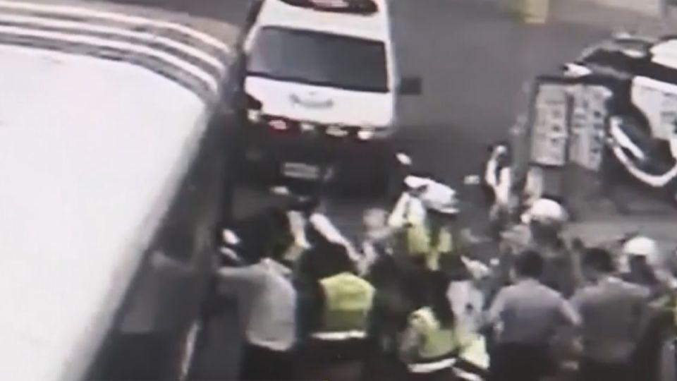 醉客搭公車打司機 還撿路邊石頭K人