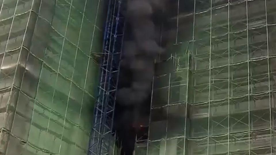 大樓工地火! 工人攀鷹架待援、12人獲救1死