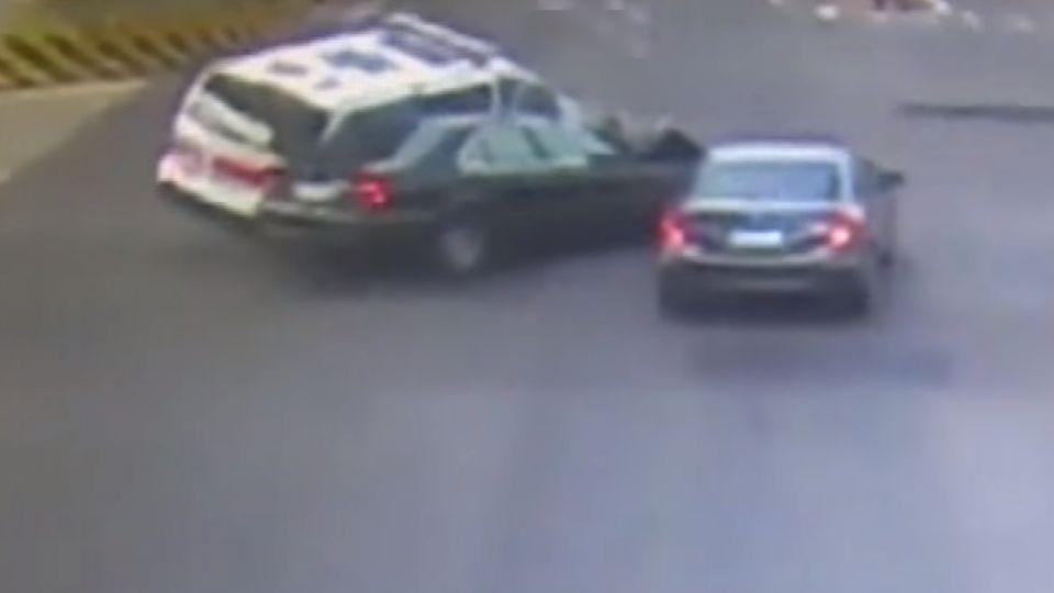 救護車急送傷患 路口遭自小客衝撞失控