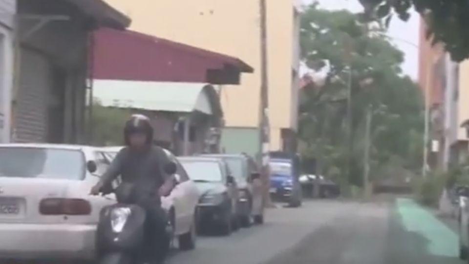 人行道占一半車道害違規 還被當成停車位