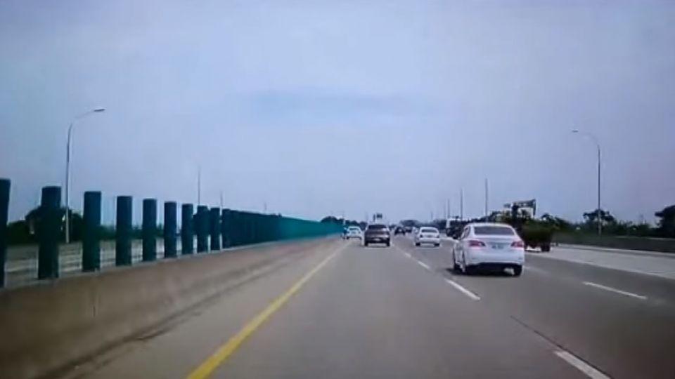 自小客臨停國道內側 駕駛未注意直接撞上