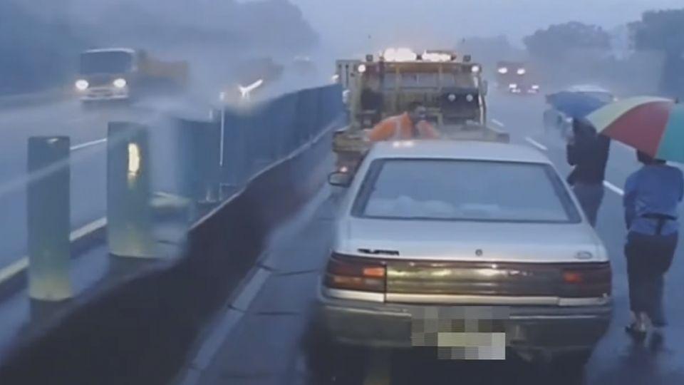 國道上拋錨動不了 先設立警告標誌防追撞
