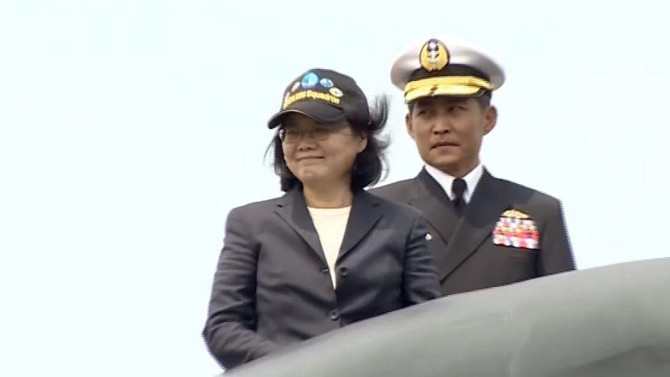 首位女三軍統帥! 英頻視察樹權威