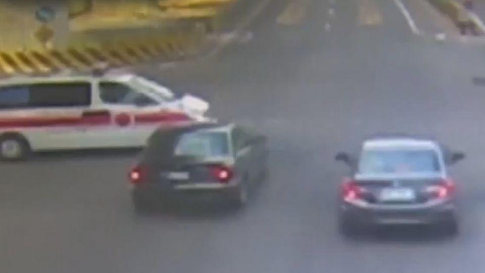 台南連3天救護車被撞 義消發文:禮讓很難嗎?