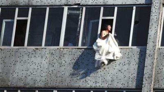 被搧巴掌氣瘋了! 機智警察「救命金句」 傲嬌新娘15樓不跳了!
