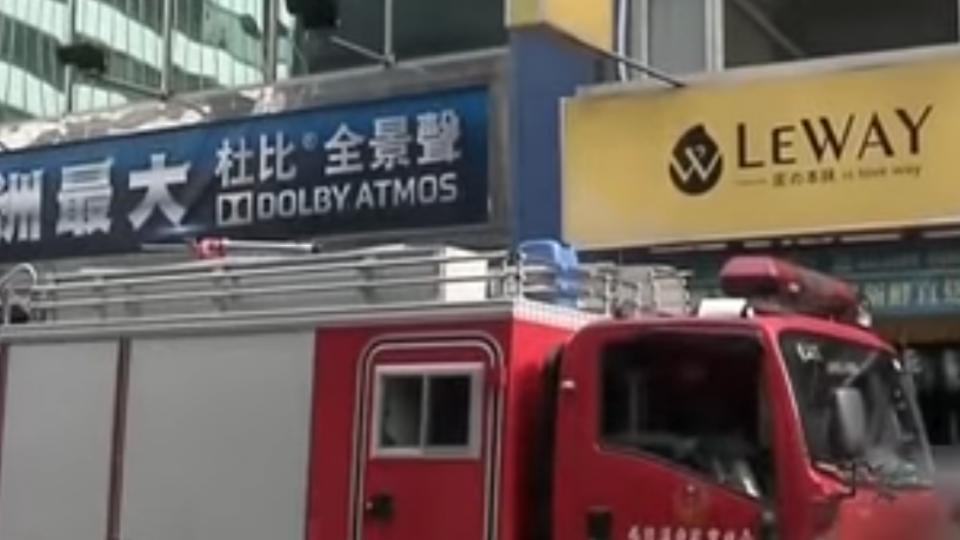 西門町影城突竄火 警疑民眾廁所抽菸害燒