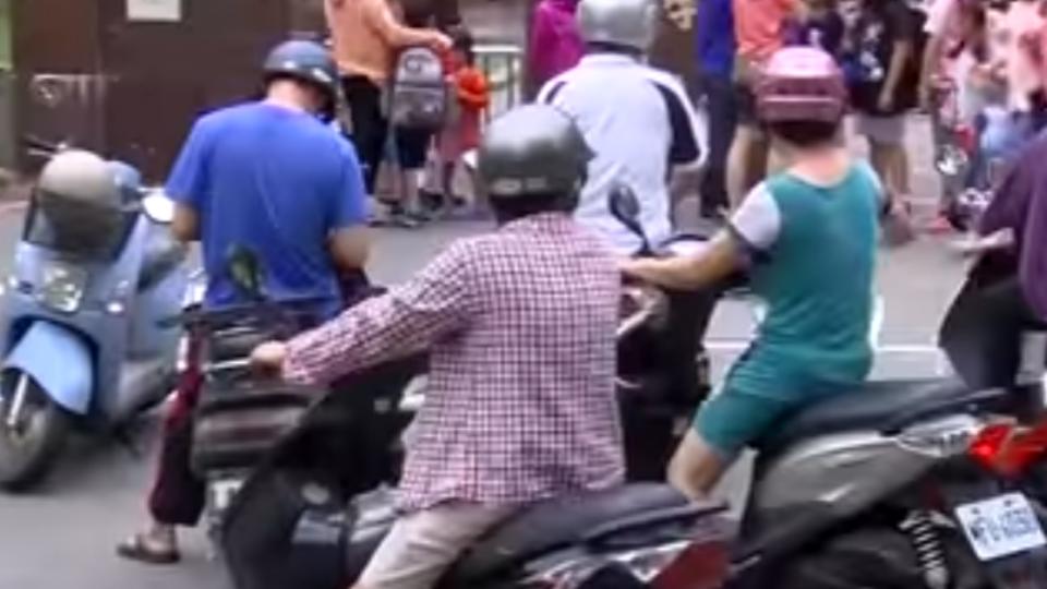 機車踏板載童 擋視線難操控 恐誤催油門