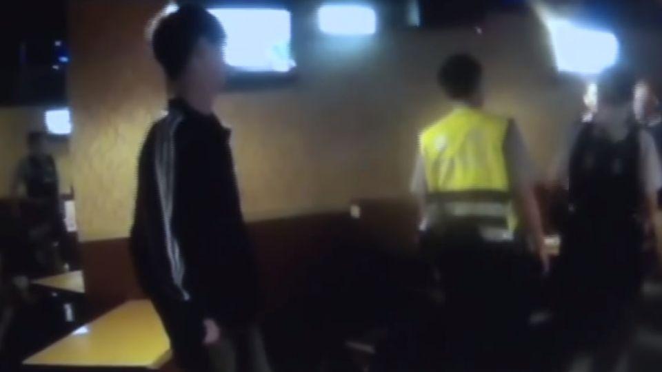 「為什麼不鼓掌」 KTV狂歡 男酒醉失控翻桌襲警