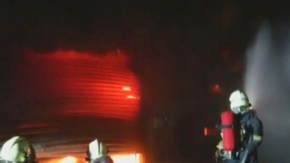 三層樓輪胎倉庫 暗夜起火猛烈火勢竄天際