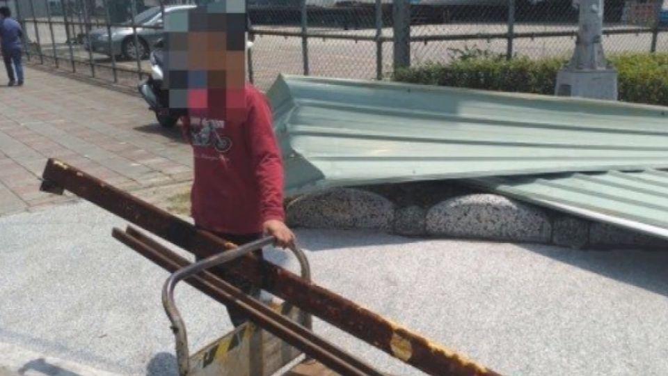無業男沒錢上網咖 偷5公尺大鐵皮 太顯眼被逮