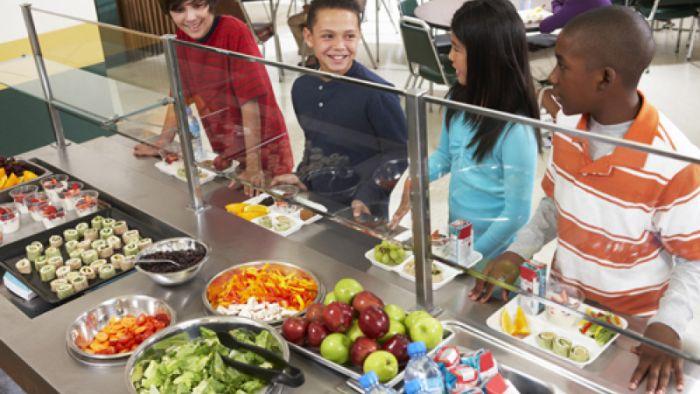 再窮也不能餓肚子!暖爸付清全校營養午餐欠款