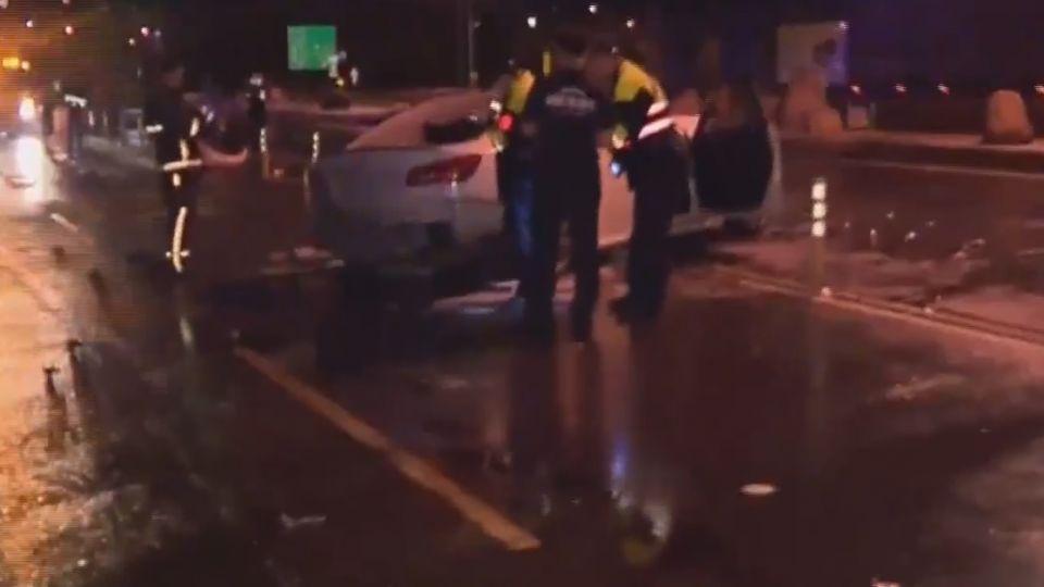 天雨路滑撞!轎車起火 撞大石滾對向駕駛昏迷