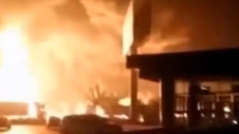 油罐車遭貨車追撞爆炸 火光沖天宛如戰場