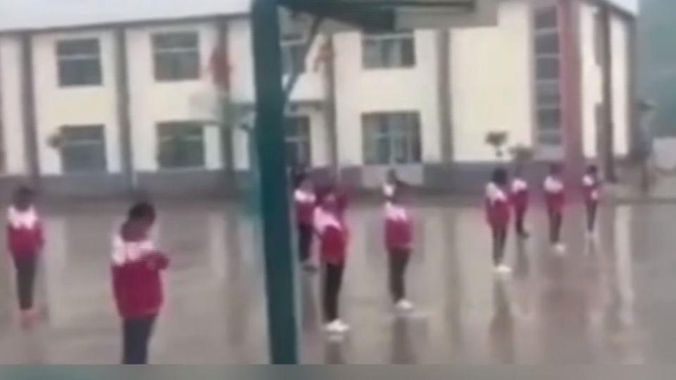 女學生遭體罰?教育局:違反規定自願冒雨罰站