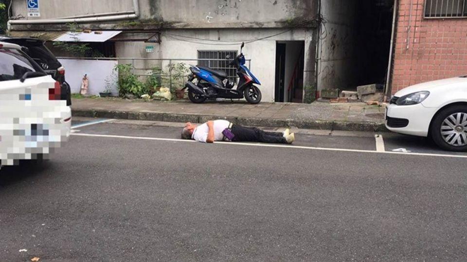 人肉佔位無極限!阿北躺進停車位 嗆:不然叫警察來抓!