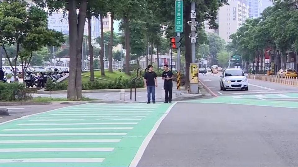 有這招!防低頭族遭撞 中市將創「地板紅綠燈」