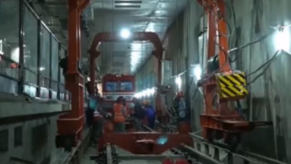 陸首條穿越黃河地鐵 蘭州地鐵隧道鋪軌試車