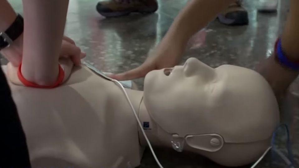 突然倒地失去呼吸心跳 CPR電擊救回一命