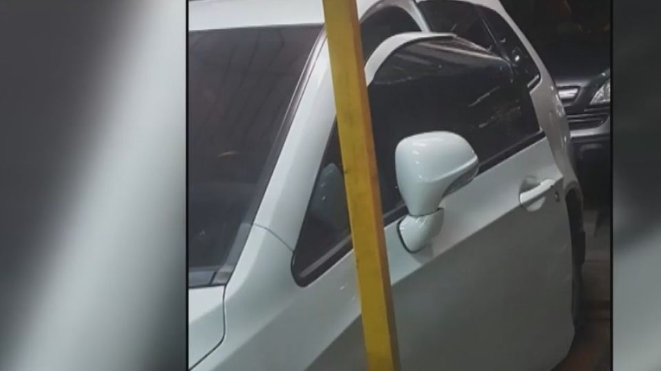 驚!車主未馬上下車  機械車位突上升車門撞壞