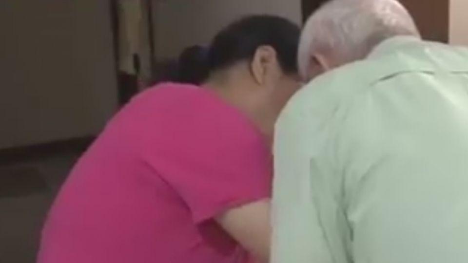 百歲翁遭呼巴掌、在地拖行 女兒淚訴:怎能這樣