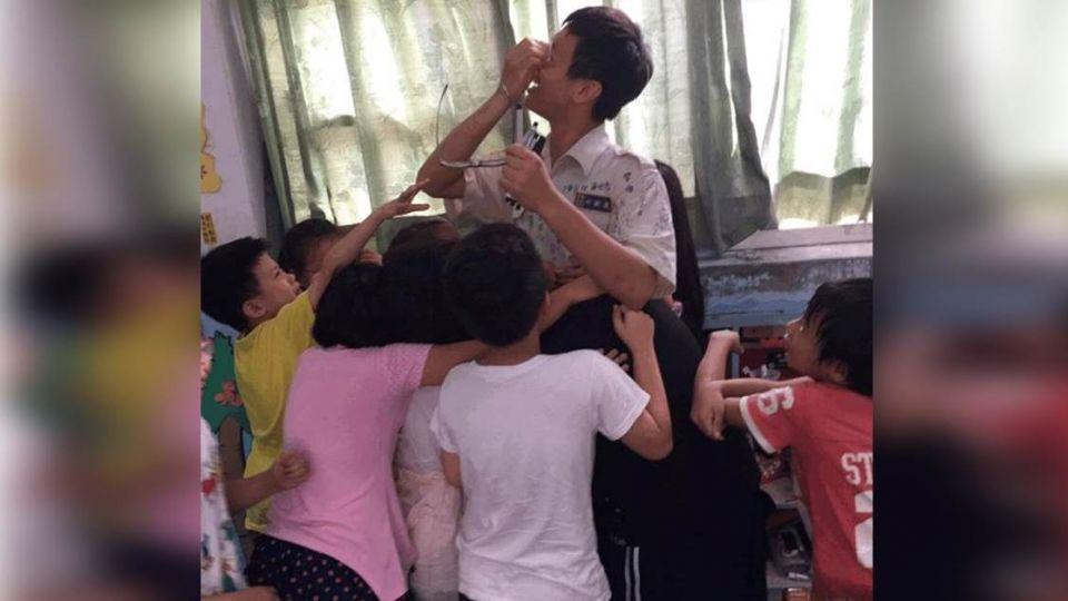 拜託不要走!替代役最後一天 全校學生輪流抱他哭翻了