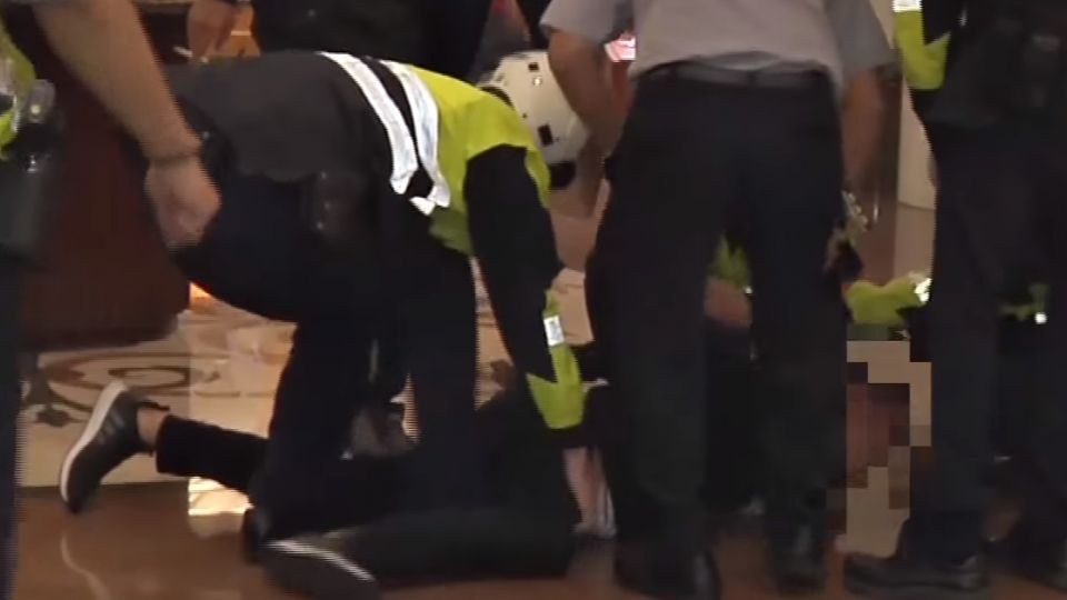 酒後互看不順眼 兩男KTV大廳鬥毆被逮捕