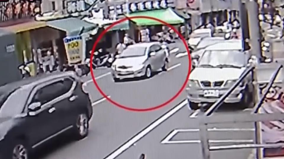 安眠藥藥效未退 婦開車上路如保齡球撞倒8機車