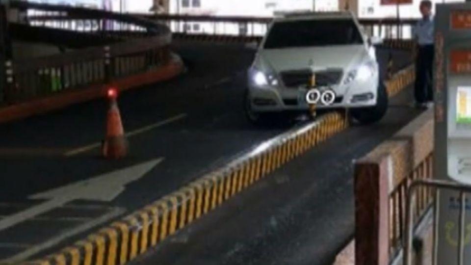 西門町停車場「死亡之彎」 車道窄、車速快易撞路墩