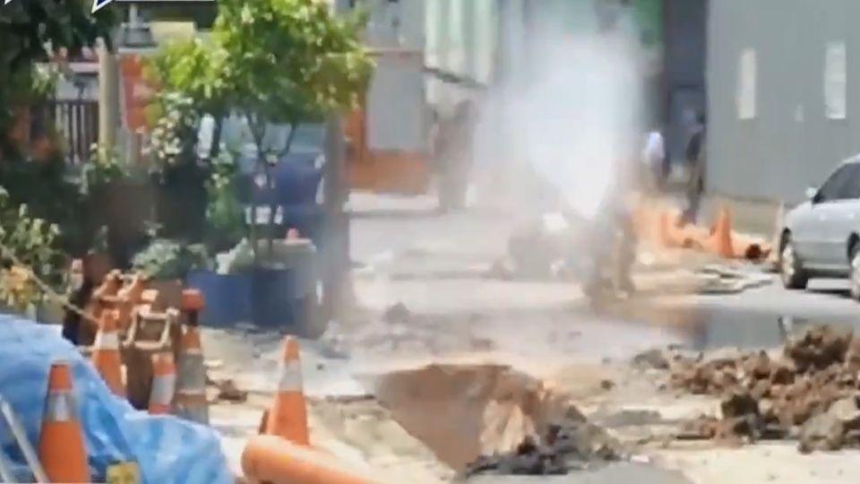 恐怖! 挖破瓦斯管竄烈焰 兩工人遭燙傷