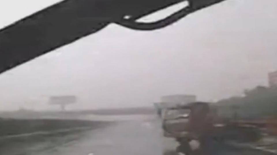 神躲避! 公車駕駛機警閃拖板車 3秒救18人