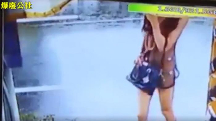 【影片】好清涼!薄紗女裸下體問路 一轉身「這塊肉」露端倪