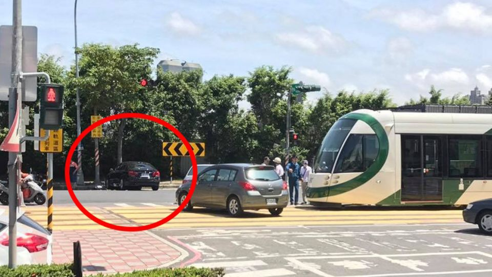 BMW闖紅燈遭輕軌擦撞罰5400還要賠 高雄人怒批「爛設計」