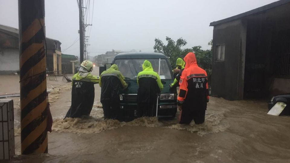 暴雨襲北台! 住宅淹水及腰、馬路積水半台車高