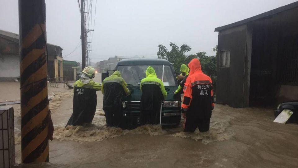 雷雨炸彈襲新北! 金山、三芝水淹及膝 石門停班停課