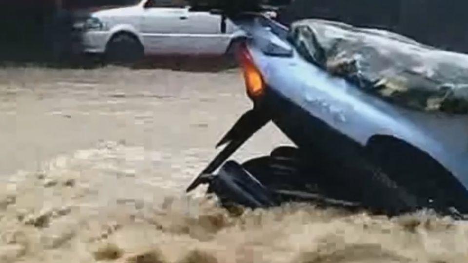 金山三界譚路 水淹輪胎高 民眾下車推車