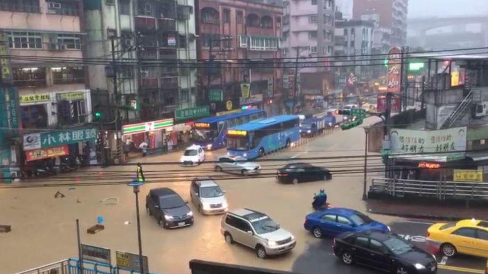 【不斷更新】慘!雷雨灌爆北台 「停水、交通、停班停課」報你知