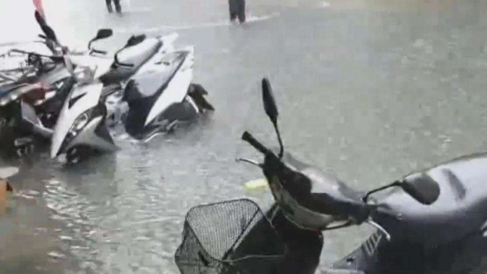 機車東倒西歪 北市合江街水淹輪胎