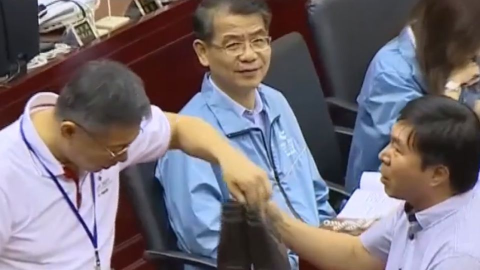 柯P挨轟「全台北都亂了」 議員送雨鞋促勘災