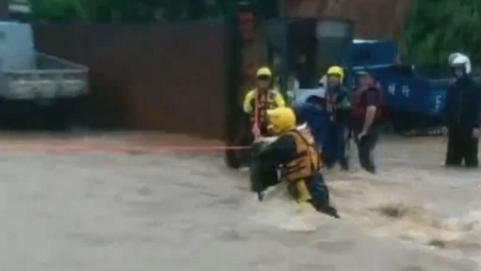 三芝水淹及腰!道路變河流 3民眾一度受困