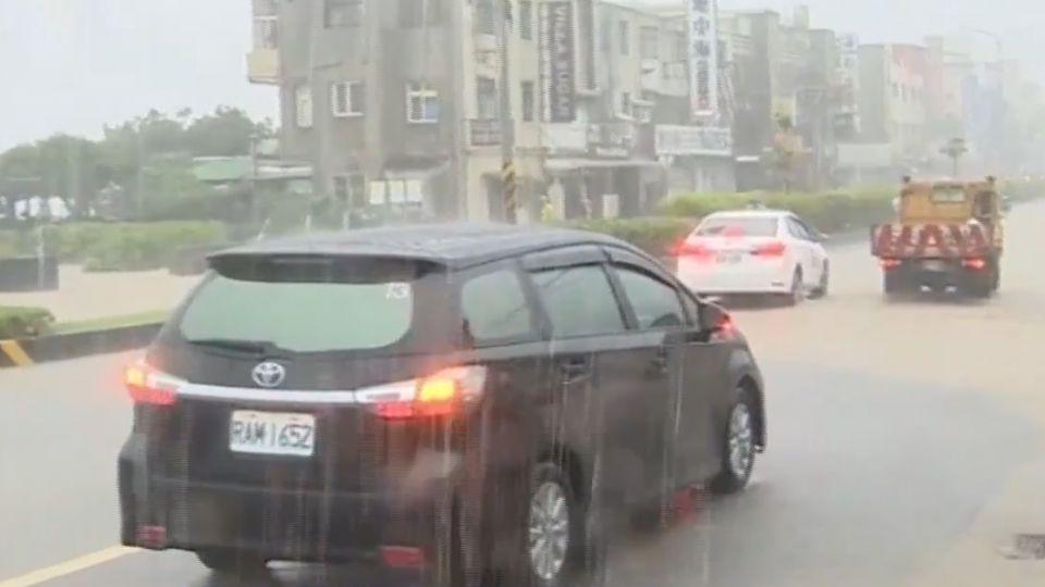 淡金公路多處淹水 大馬路成河流「動彈不得」