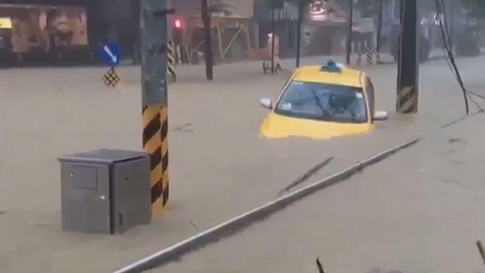 馬路變河道 基隆運將受困水中險滅頂